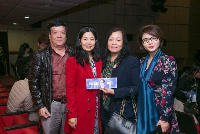 Bố mẹ Bùi Anh Tuấn và fan hâm mộ.