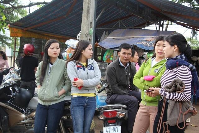 Các giáo viên tập trung trước UBND huyện để chờ gặp lãnh đạo huyện