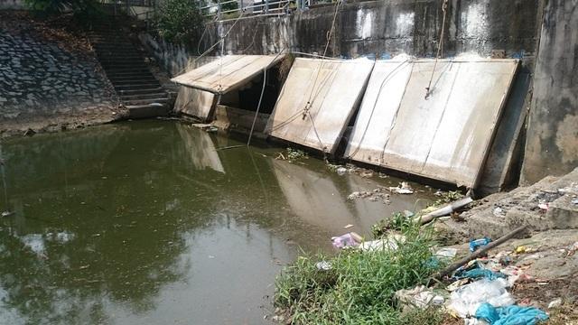 Tại cửa xả của kênh Khuê Trung có 3 máy bơm tổng công suất 80l/s hoạt động liên tục để hút nước thải về Trạm xử lý nước thải Hòa Cường xử lý trước khi thải ra môi trường nhưng cũng không thể giải quyết triệt để tình trạng nước tràn ra ngoài.