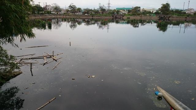 Hồ chứa nước thải Bàu Trảng cũng trong tình trạng báo động khi nước đen như mực, gây ô nhiễm cả một vùng rộng lớn.