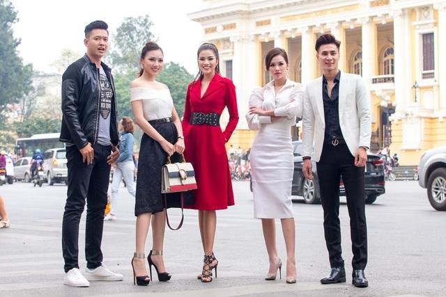 Các giám khảo khoe dáng trên phố Hà Nội.