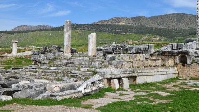 Kiến trúc quần thể đền Appllo xây trên hang.