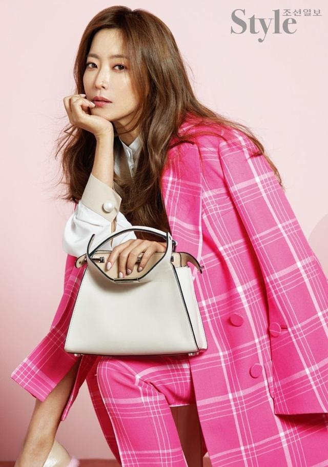 Kim Hee Sun xuất phát điểm là một người mẫu sau đó chuyển hướng làm diễn viên. Sở hữu nhan sắc hoàn hảo, Kim Hee Sun nhanh chóng gây được thiện cảm với người yêu điện ảnh và là một trong những nữ diễn viên yêu thích của các đạo diễn Hàn Quốc.