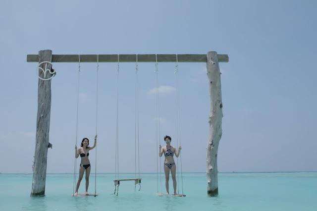 Để có những ngày nghỉ mát ý nghĩa cùng người thân tại resort cao cấp, cả hai đã cùng nhau lên kế hoạch từ tháng 8/2017. Chúng mình đã phải đếm ngược tới 6 tháng để được nhìn thấy cái nơi gọi là thiên đường này. Và đúng là chỉ cần thoáng nhìn thấy bầu trời trong lành và màu nước biển xanh dịu dàng của Maldives là bao mệt mỏi bay biến hết, Quỳnh Chi cho biết.