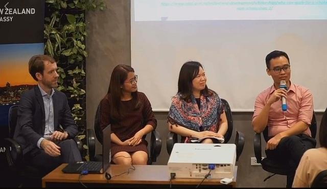 Kiến trúc sư Phùng Anh Sơn (ngoài cùng, phải) chia sẻ bí quyết chinh phục học bổng New Zealand ASEAN.