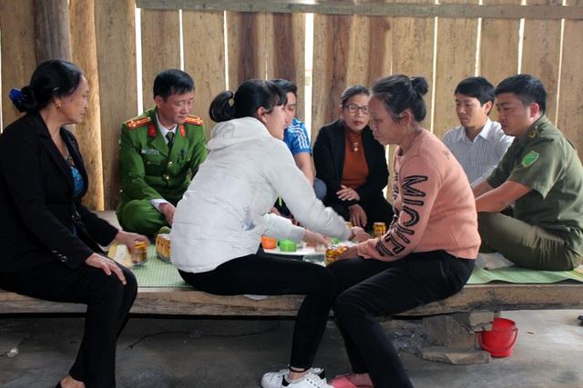 Ngày đoàn viên với gia đình, cả dân bản kéo đến hỏi thăm sẻ chia.
