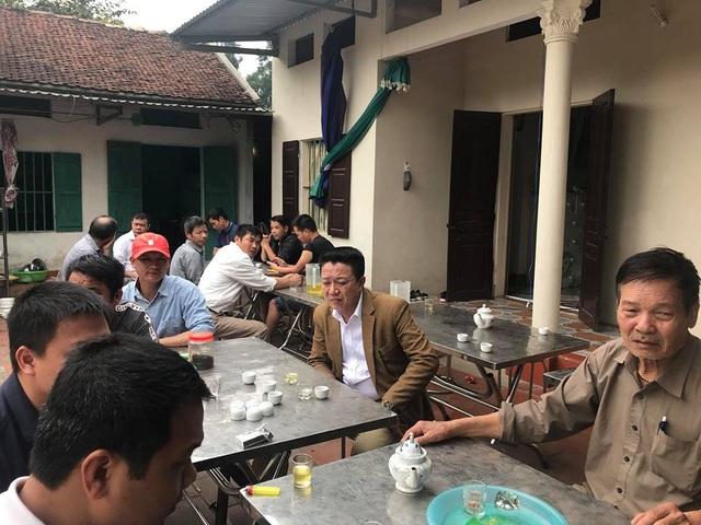 Sáng ngày 6/3, nhiều người dân trong xã Đông Phương Yên, huyện Chương Mỹ, Hà Nội đã đến gia đình của Trần Mỹ H. để tiễn biệt cô lần cuối.
