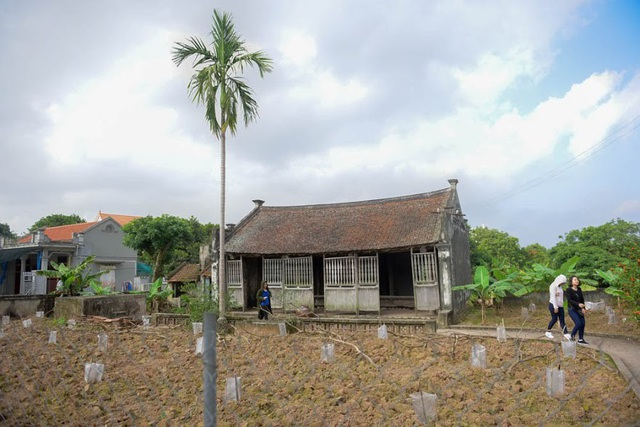"""Ngôi nhà Bá Kiến tọa lạc trên một khu đất rộng khoảng 900m2, cửa theo hương Tây – Nam. Theo các cụ cao niên trong làng, trước kia ngôi nhà này vốn thuộc sở hữu của ngụy viên Bắc kỳ Bá Bính. Bá Bính, tên thật là Trần Duy Bính (mất năm 1946) được cố nhà văn Nam Cao tiết lộ chính là nguyên mẫu nhân vật Bá Kiến nổi tiếng. Đến nay, trải qua rất nhiều thăng trầm, biến động của lịch sử ngôi nhà đặc biệt này vẫn được người dân nơi đây gìn giữ và coi như báu vật của làng """"Vũ Đại""""."""