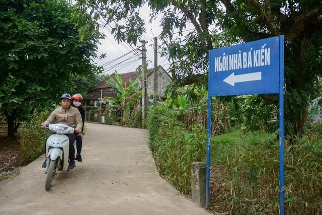 Đường dẫn vào ngôi nhà cổ được chính quyền địa phương dựng bảng chỉ dẫn cho người dân.