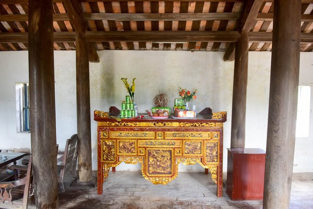Theo đó, căn nhà có 3 gian được xây dựng theo lối nhà truyền thống Bắc Bộ Việt Nam và được làm toàn bằng gỗ lim rắn chắc, bề thế. Trong đó, có 16 cây cột gỗ lim, mỗi chân cột đều được kê đá tảng xanh bề thế.