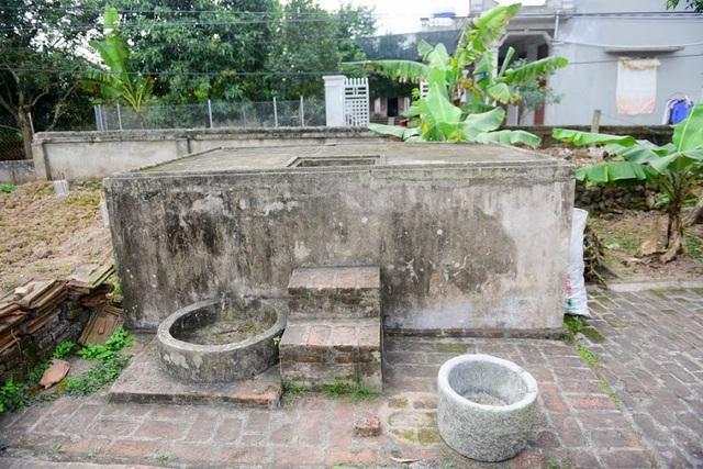 Phía trước ngôi nhà được xây dựng một bể nước hình chữ nhật khoảng 2m2 mà theo lý giải của nhiều người là để hợp với phong thủy ngôi nhà.