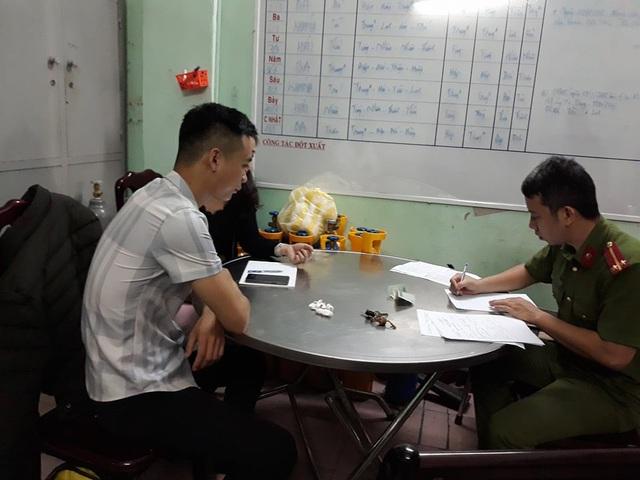 Phóng viên Hứa Vĩnh Nhân làm việc với Công an phường Thạch Thang sáng 12/3