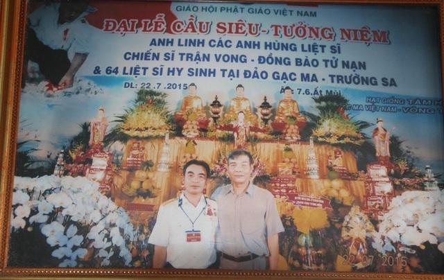 Cựu binh Lê Minh Thoa (trái) chụp hình cùng đồng đội trong đại lễ cầu siêu, tưởng niệm anh linh các anh hùng liệt sĩ, chiến sĩ trận vong, đồng bào tử nạn và 64 liệt sĩ hi sinh tại đảo Gạc Ma - Trường Sa.