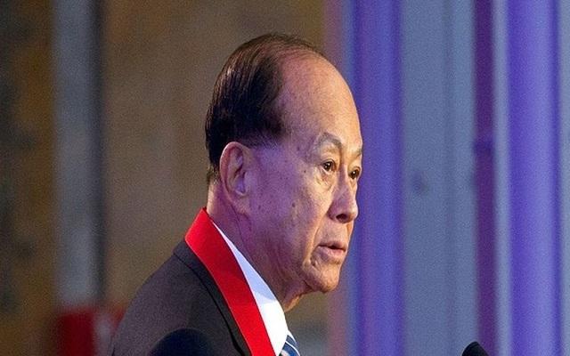 Sau khi cha qua đời, ông trùm kinh doanh Li Ka-shing đã phải bỏ học để giúp đỡ gia đình. Năm 1950, ông bắt đầu công ty riêng của mình, Cheung Kong Industries, chuyên sản xuất chất dẻo lúc đầu nhưng sau đó sẽ mở rộng sang bất động sản. Hiện ông sở hữu khối tài sản trị giá 35 tỷ USD.