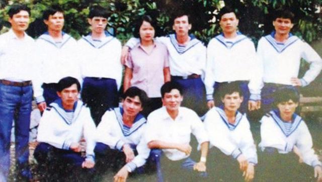 Cựu binh Lê Minh Thoa (hàng ngồi, thứ 2 từ trái sang) chụp ảnh cùng 8 đồng đội (mặc quân phục hải quân) sau khi trở về từ nhà tù Trung Quốc.
