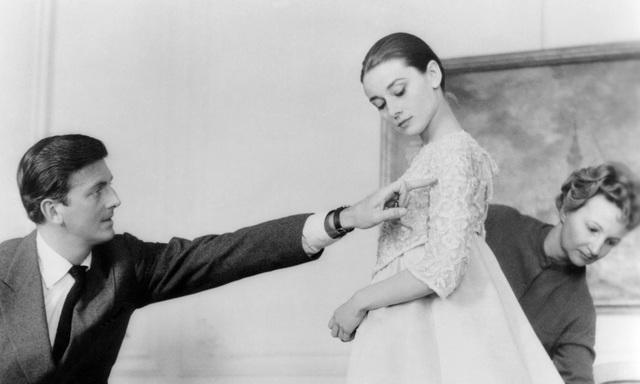 Givenchy giúp minh tinh Audrey Hepburn thử đồ