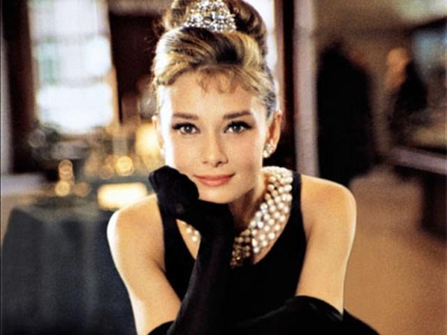 """Givenchy chính là người thiết kế nên những bộ váy áo tuyệt đẹp góp phần giúp minh tinh Audrey Hepburn trở thành biểu tượng thời trang. Những bộ đồ kinh điển mà Audrey mặc trong bộ phim huyền thoại """"Breakfast at Tiffany's"""" (Bữa sáng ở Tiffany - 1961) chính do Givenchy thiết kế."""
