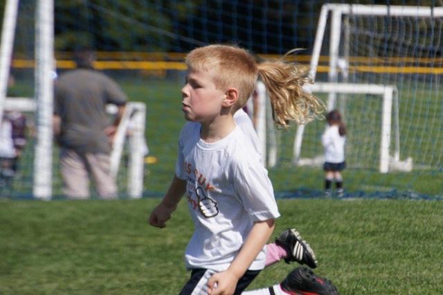 Cậu bé với mái tóc đuôi sam của con gái?
