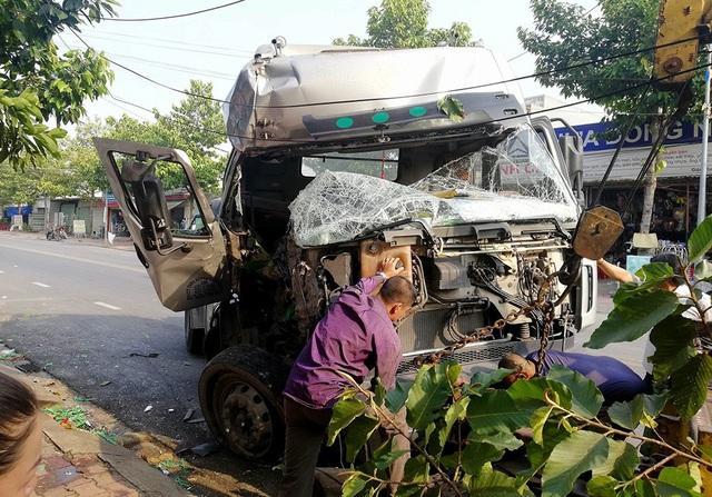 Một chiếc xe hư hỏng phần đầu sự cố giao thông.