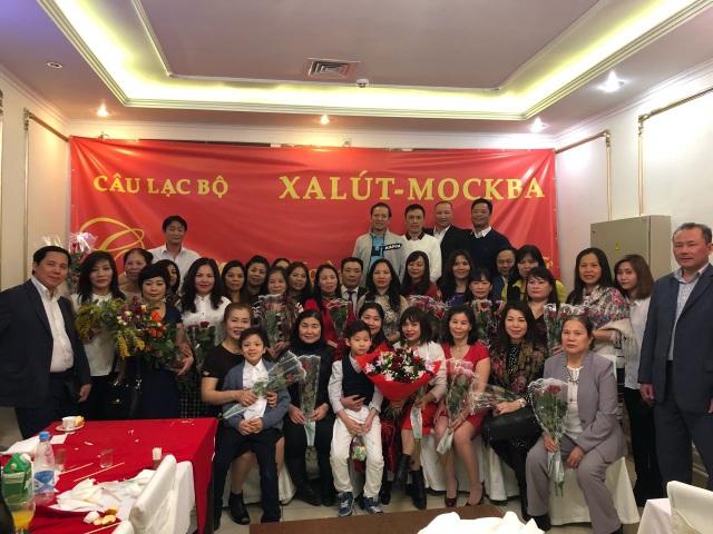 Các thành viên Câu lạc bộ ốp Saliut trong buổi liên hoan chào mừng ngày 8/3 (Ảnh: Võ Hoài Nam)