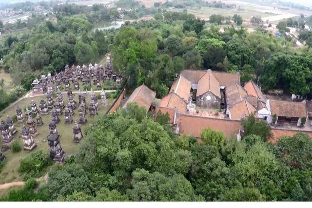 Vẻ đẹp cổ kính của chùa Bổ Đà nhìn từ trên cao xuống. Ảnh: TL.