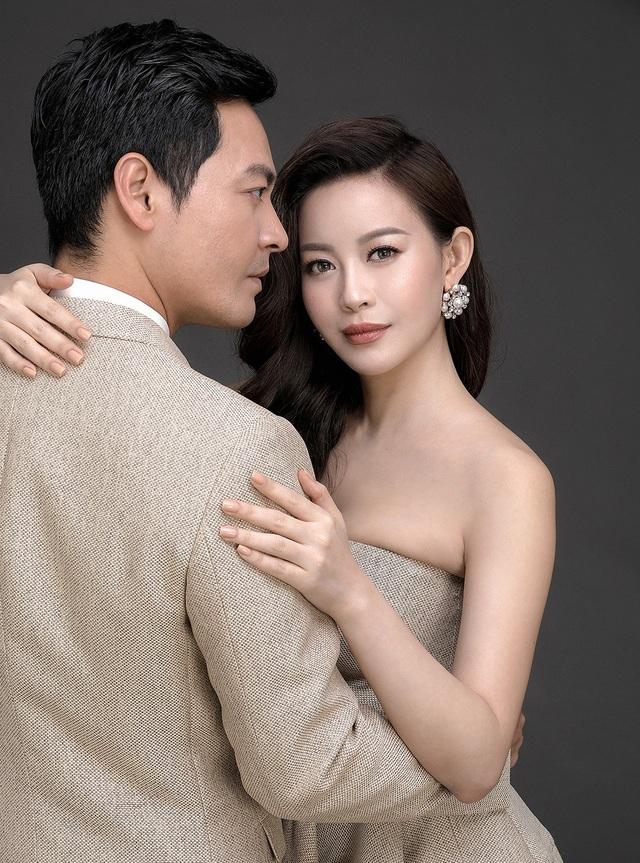 MC Phan Anh và hoa hậu áo dài Hải Dương không ngại ôm eo tình cảm và dành cho nhau ánh mắt khá tình tứ trong bộ ảnh lần đầu tiên kết hợp sau nhiều dự án và các hoạt động công việc chung.