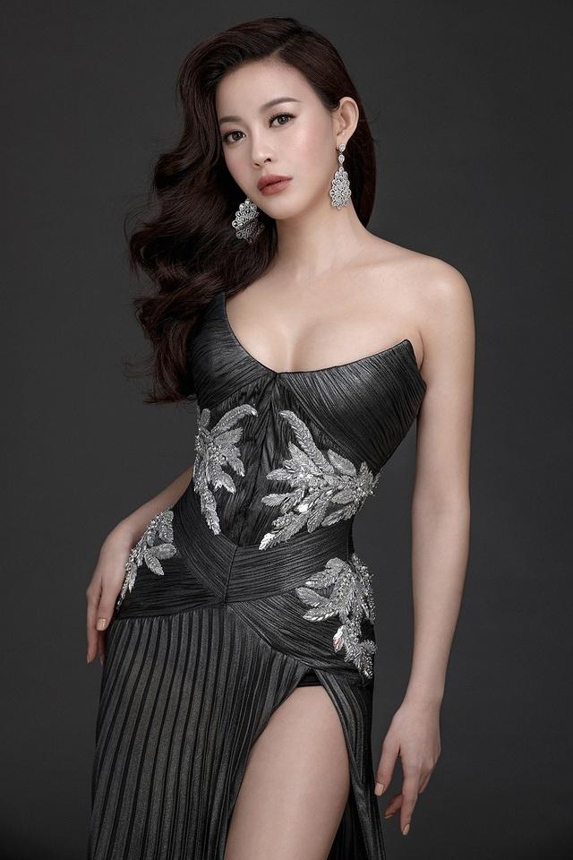 Trong những shoot ảnh riêng, hoa hậu áo dài Hải Dương thể hiện sự sang trọng, quý phái cả sự gợi cảm với vòng 1 căng tròn, quyến rũ đến bất ngờ của một hoa hậu.