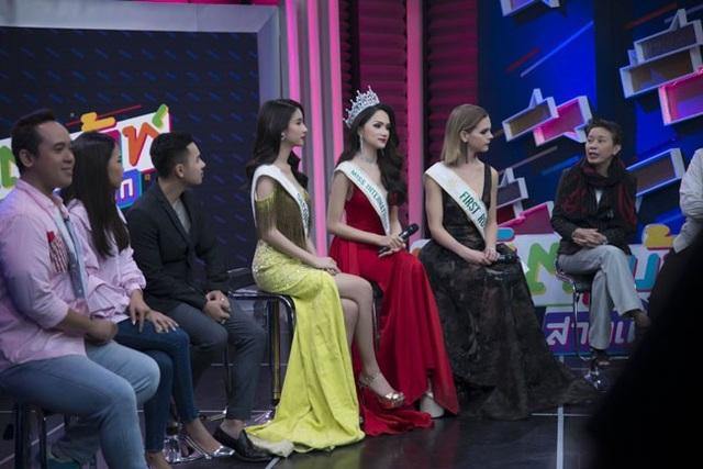 Hương Giang cùng 2 Á hậu xuất hiện trong buổi giao lưu của kênh truyền hình Thái Lan.
