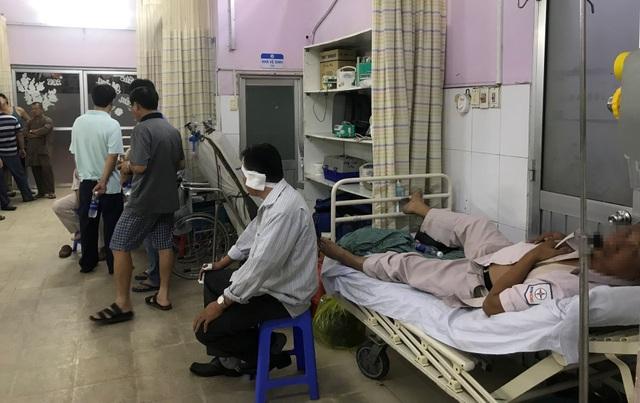 Kiểm tra công tơ điện, 4 nhân viên điện lực bị truy đuổi đến tận... bệnh viện - 2