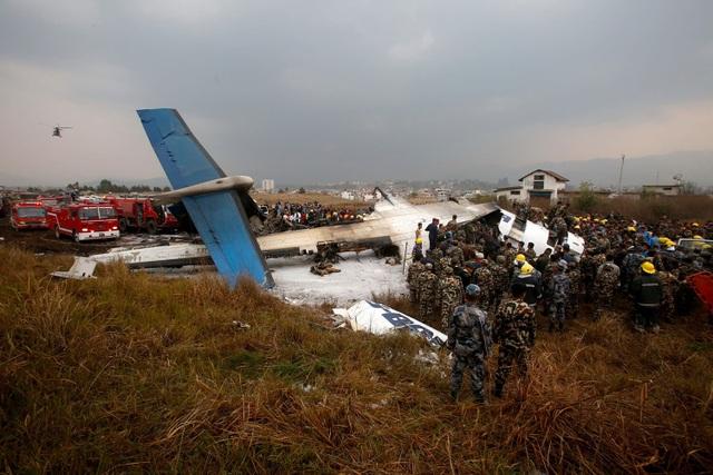 Hiện trường vụ máy bay rơi (Ảnh: AFP)