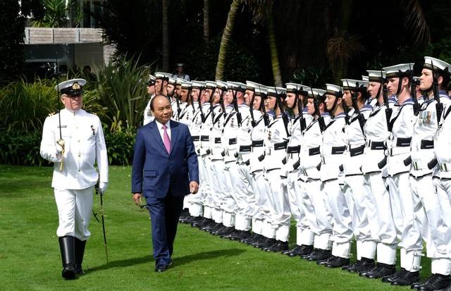 Thủ tướng Nguyễn Xuân Phúc duyệt đội danh dự tại Tòa nhà Chính phủ New Zealand