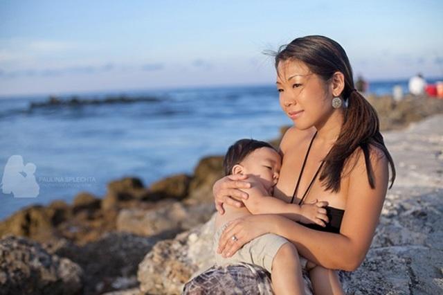 Trong mỗi bức ảnh đều hiện lên niềm hạnh phúc rạng ngời của người mẹ và đứa con thơ dại.