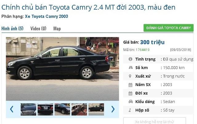 """Với 300 triệu đồng, bạn có thể """"tậu"""" chiếc Toyota Camry 2.4 MT đời 2003, màu đen này. Xe được giới thiệu là xe nhà ít sử dùng, mới đi 10 vạn km."""