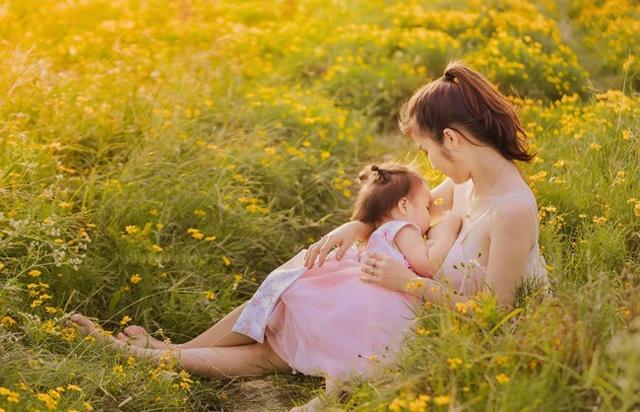 """Khoảnh khắc """"vén váy"""" cho con bú đẹp đến nao lòng của các bà mẹ - 4"""