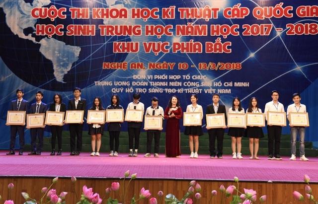 Thứ trưởng Bộ GD&ĐT trao giải Nhất cho các dự án đoạt giải
