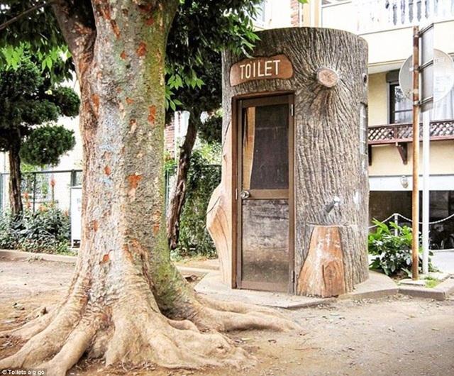 Một nhà vệ sinh công cộng ở Tokyo được mô phỏng theo thân cây khổng lồ.