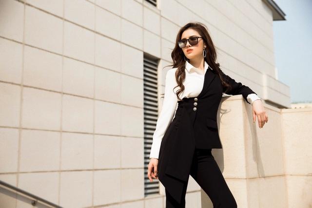Sử dụng style bất đối xứng với vast lệch cá tính kết hợp cùng với áo sơ mi sang trọng và quàn ống loe kiêu kỳ, stylist Vin Nguyễn lựa chọn cho Hoa Hậu Thư Dung thiết kế này được lấy ý tưởng từ những cô gái yêu công việc và luôn có phong cách thời trang đẳng cấp.