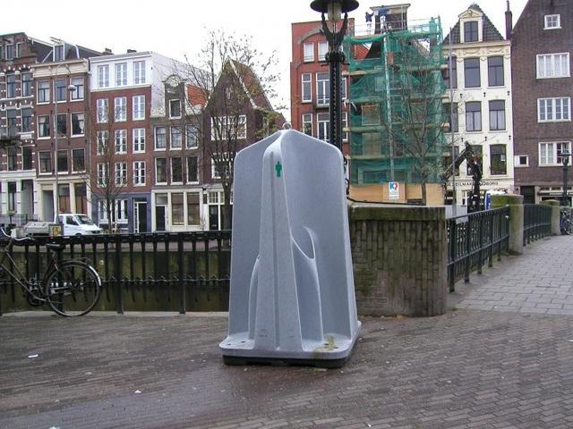 Du khách nam có đủ can đảm dùng nhà vệ sinh công cộng nằm lộ thiên ngay ngoài đường?