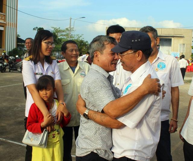 Những cái ôm thân thương sau nhiều năm gặp lại đồng đội cùng đóng quân trên Quần đảo Trường Sa