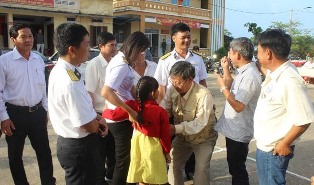 Giây phút các cựu chiến binh hỏi thăm con gái và cháu ngoại của Anh hùng LLVTND, liệt sĩ thiếu úy Trần Văn Phương - người anh hùng trong trận chiến Gạc Ma