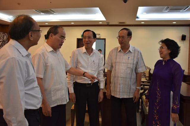Bí thư Nguyễn Thiện Nhân trao đổi cùng các đại biểu bên lề hội nghị
