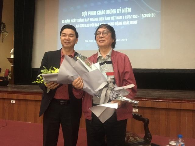 NSND Đặng Nhật Minh nhận hoa của đại diện lãnh đạo Viện Phim Việt Nam. Ảnh: Tùng Long.