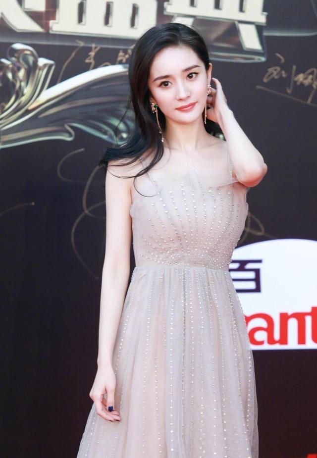 Trang điểm nhẹ nhàng, tự nhiên và chọn một chiếc váy dịu dàng nữ tính, Dương Mịch vẫn đủ ghi điểm với fan và truyền thông.