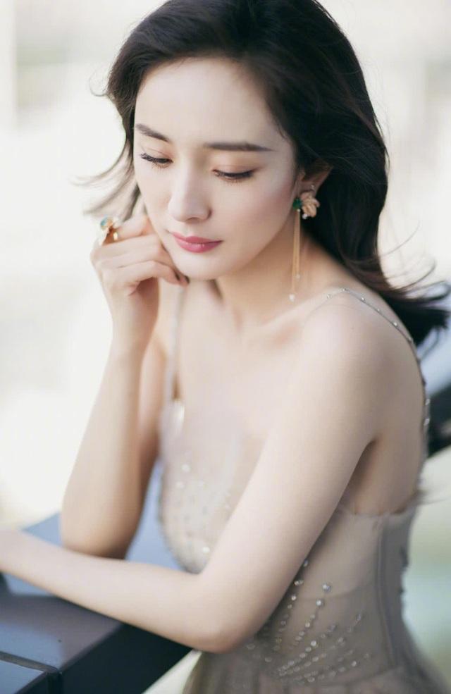 Có thông tin cho rằng, Dương Mịch vẫn tiếp tục chỉnh sửa nhan sắc để hướng tới vẻ ngoài hoàn hảo nhưng cô chưa bao giờ thừa nhận nhẫn thông tin này.