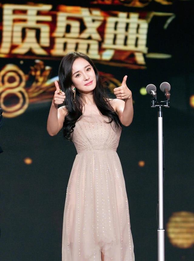Trên sân khấu của LHP truyền hình Trung Quốc 2018, Dương Mịch tỏ ra rất hoạt ngôn và tự nhiên.