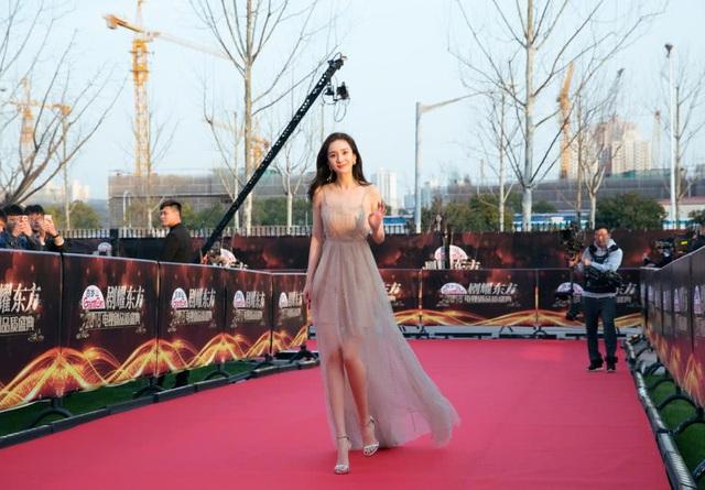 Dương Mịch được khen xinh đẹp như một nàng công chúa trên thảm đỏ.