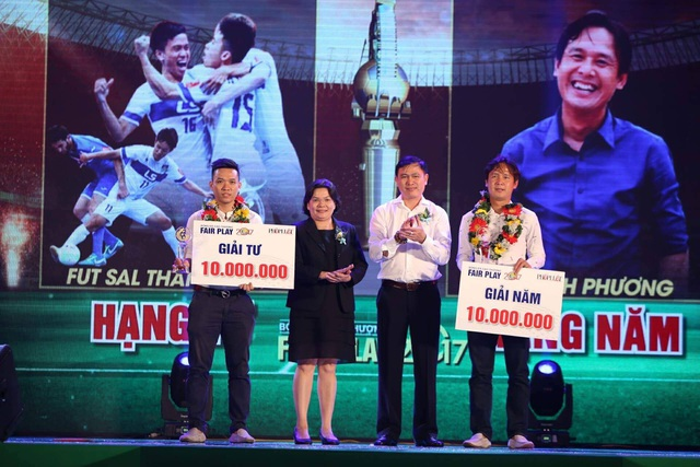 Giải tư và giải năm lần lượt thuộc về CLB futsal Thái Sơn Nam và HLV Nguyễn Minh Phương (ảnh: Nguyễn Đình)