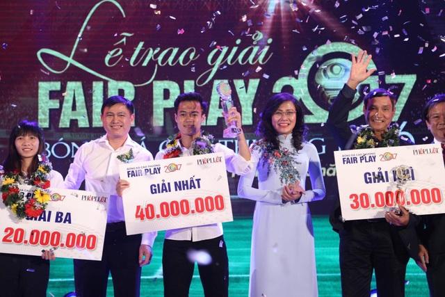Những cá nhân giành giải nhất, nhì, ba tại trong đêm trao giải fair-play của bóng đá Việt Nam năm 2017 (ảnh: Nguyễn Đình)