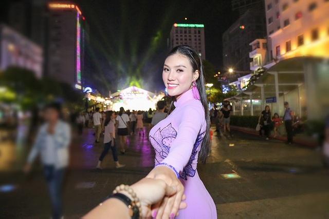 """Thông qua chiếc áo dài, chúng ta khiến bạn bè nhìn nhận về một đất nước biết tôn trọng cái đẹp, tôn trọng người phụ nữ"""", Linh nói."""