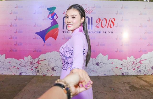 """""""Khi nói đến chiếc áo dài Việt Nam chúng ta nghĩ ngay đến hình tượng của người phụ nữ Việt Nam. cho dù ở tầng lớp nào khi khoác lên mình chiếc áo dài Việt Nam thì những nét đẹp của cơ thể bộc lộ một cách rõ nét nhất, duyên dáng nhất dịu dàng , nhẹ nhàng nhất và cũng là tinh tế nhất."""